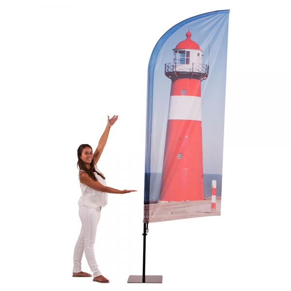 vrouw naast vlag